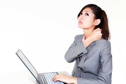肩こりの症状に悩む女性