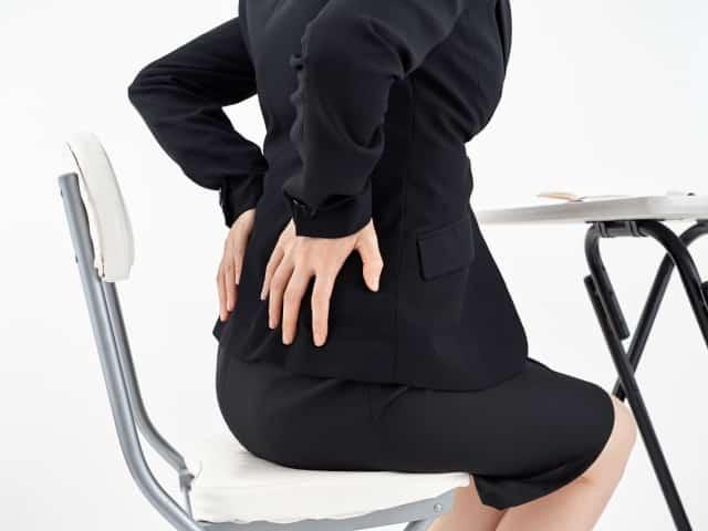 腰痛や冷えの症状に悩む女性
